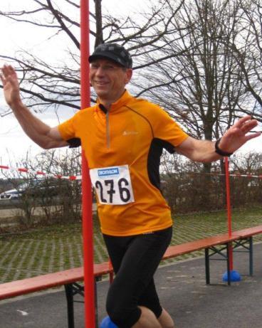 Wolfgang Plößl beim Zieleinlauf des 12. Lichtenwalder Halbmarathon.