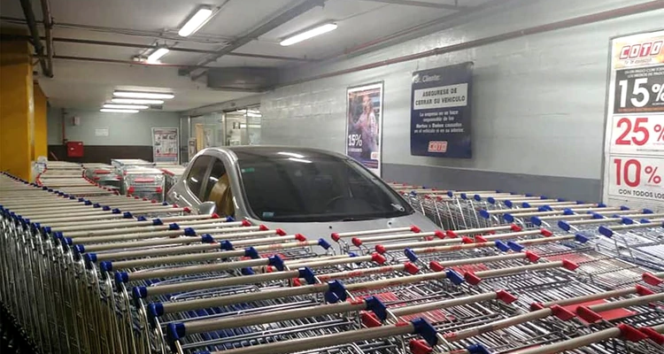 Supermarket employee react to the badly parked car
