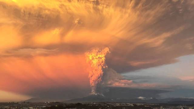 Incredible Photo Of Lightning On Top Of Volcano Ash Cloud In Chile - Amazing footage captures a lightning storm inside volcanic ash plume