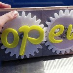 A Clever 3D Printed 'Open and Closed' Sign That Can Be Easily Changed by Turning a Gear