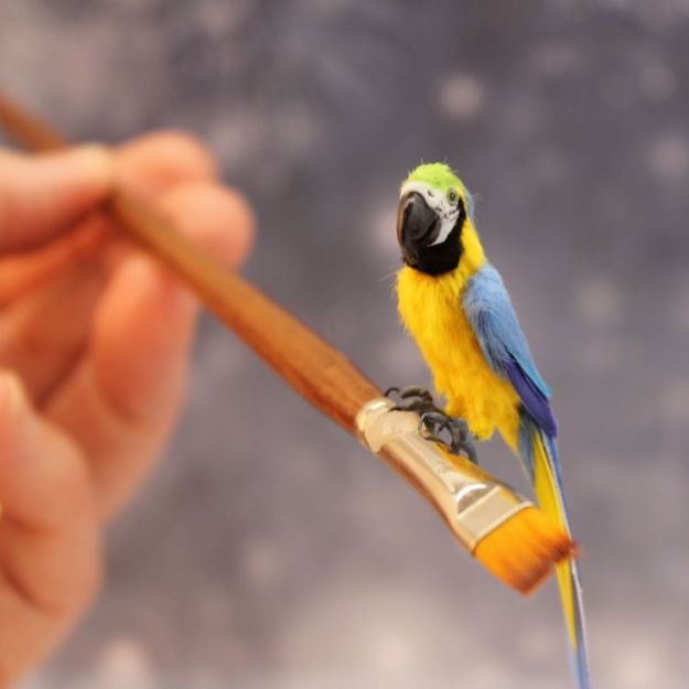 posable-miniature-parrot Amazingly Detailed Poseable Miniature Birds Created In Exactly 1/12 Dollhouse Scale Random