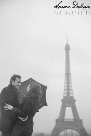 séance photo couple tour eiffel pluie