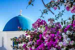Blue domed church in Oia - Hike from Fira to Oia - www.lauraenroute.com