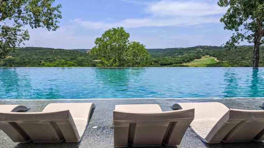 How to Spend a Daycation at a Luxury Resort - www.lauraenroute.com/
