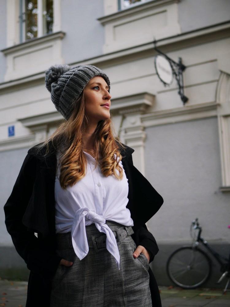 Edited Mantel, Zara High Waist Stoffhose mit Gürtel und Glitzer-Stiefeletten