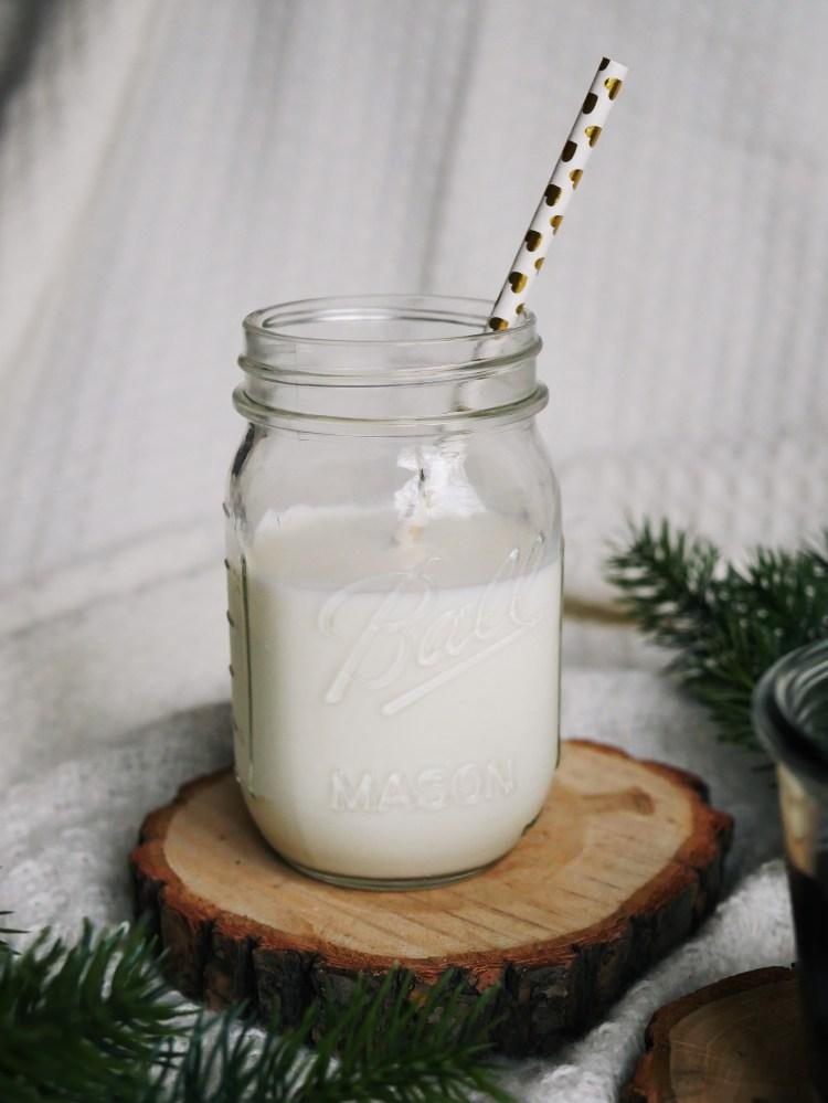 Milch mit Herzstrohhalm