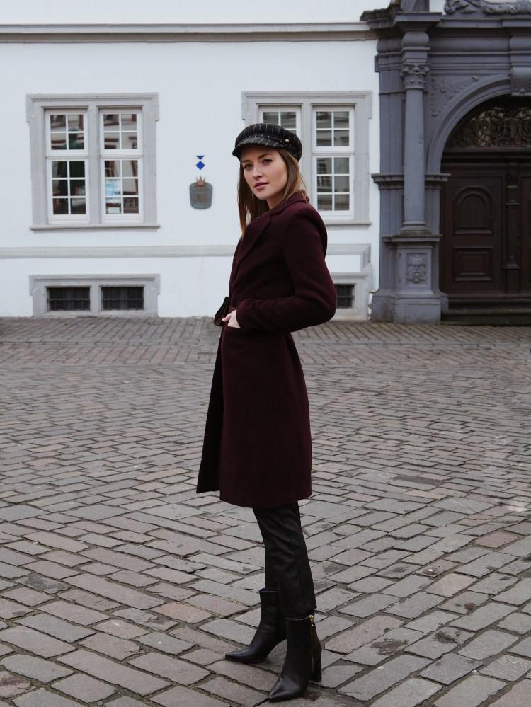 Roter Mantel, Lederimitat Hose, Vintage Belt Bag und spitze Stiefeletten