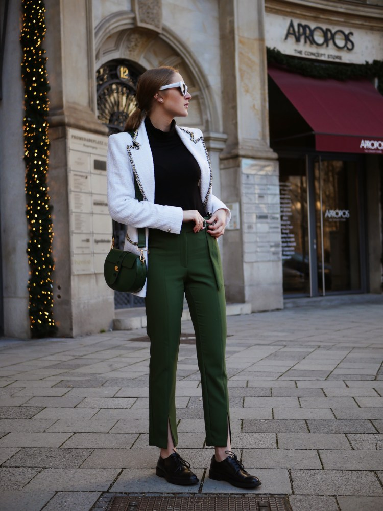 Struktur-Blazer mit grüner 7/8-Hose und weißer Retro Sonnenbrille