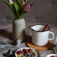 Warmes Vanille Porridge mit Beeren