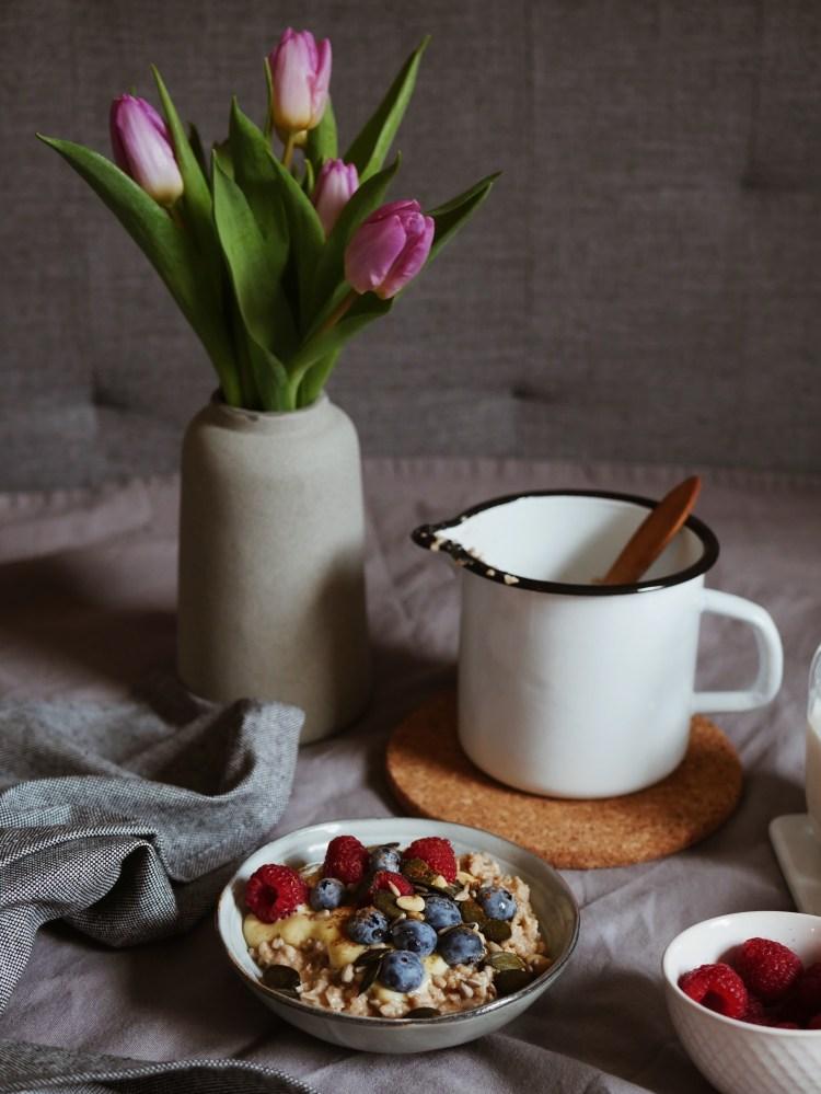 Vanille Porridge mit Beeren, Zimt und Kernen