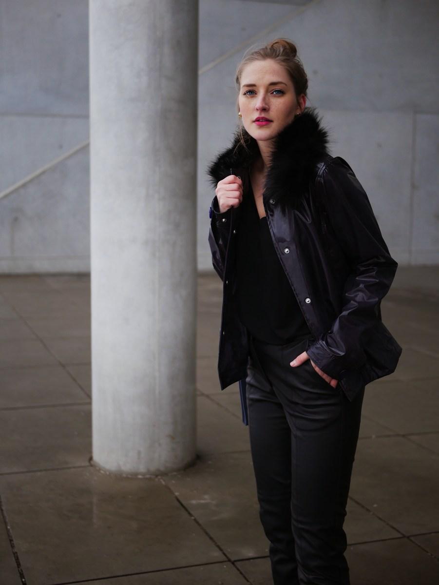 All Black Look mit Lila Hunter Vinyl Jacke und Leder-Gürteltasche