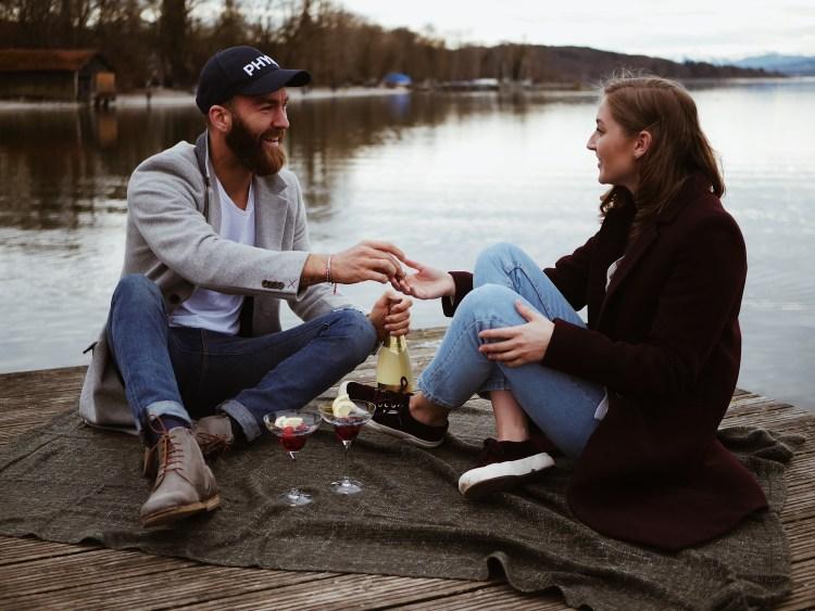 Picknick Sekt trinken am Ammersee