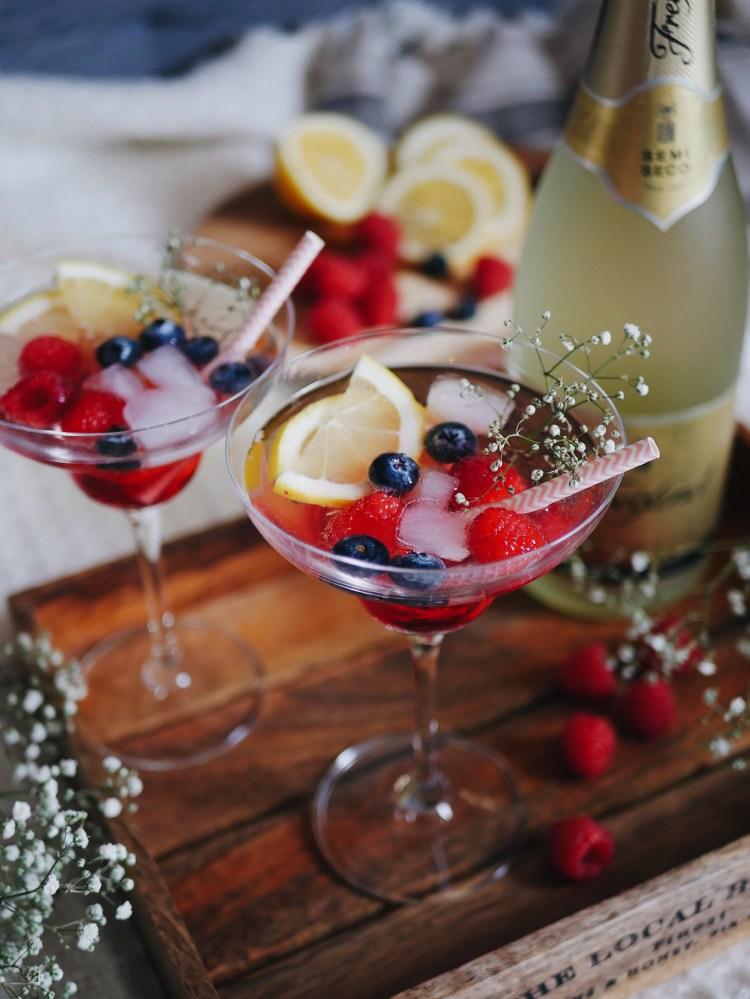 Frühlingsgetränk mit Beeren und Sekt