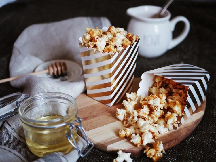 Selbstgemachtes salziges Karamell Popcorn