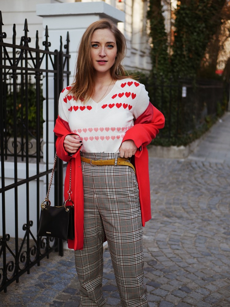 Roter Blazer-Mantel mit Herzpullover und Karo High Waist Hose