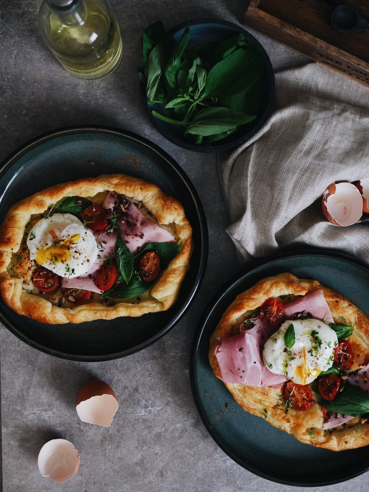 Frühstückspizza mit pochiertem Ei, Prosciutto und Cherrytomaten