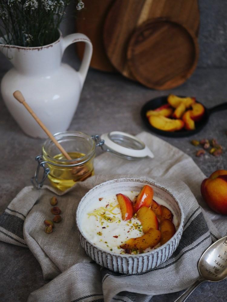 Kokosnuss Joghurt mit Pfirsichen und Pistazien