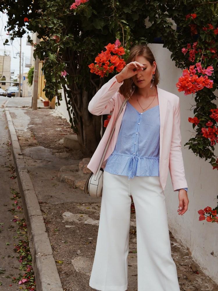 Sommerlook mit Pastell-Blazer, Culotte und Bluse