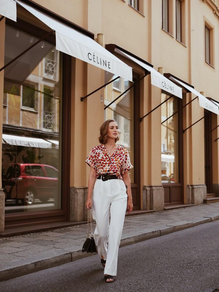 Bedruckte Bluse und weiße Palazzo Hose