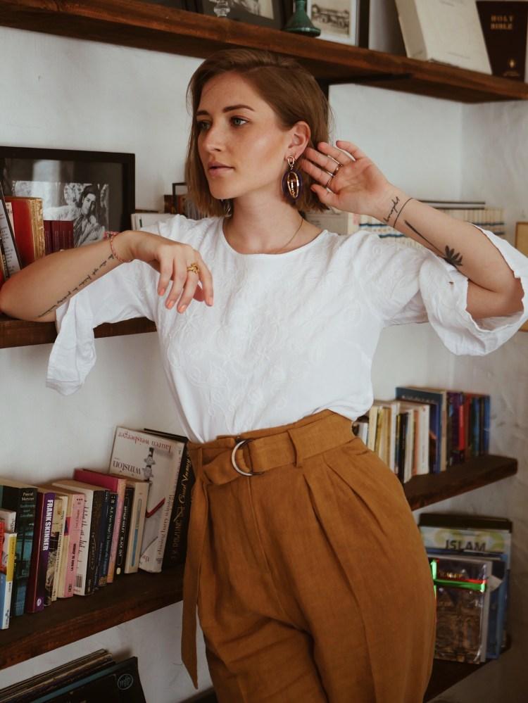 Leinen Paperbag Hose, weiße Bluse mit Stickerei und Superga