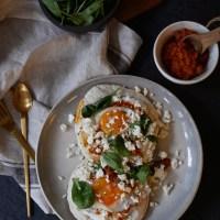Spiegelei und orientalischer Kräuter-Joghurt-Aufstrich auf Naan