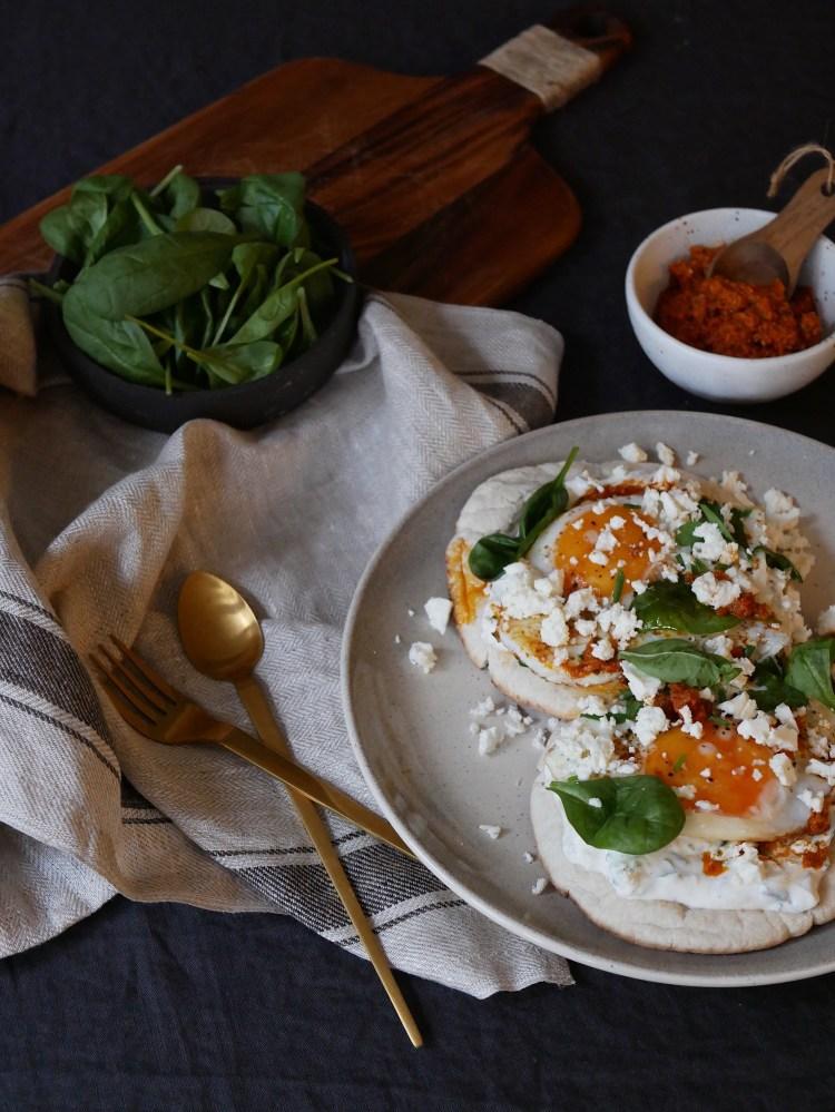 Spiegelei und orientalischer Kraeuter-Joghurt-Aufstrich auf Naan