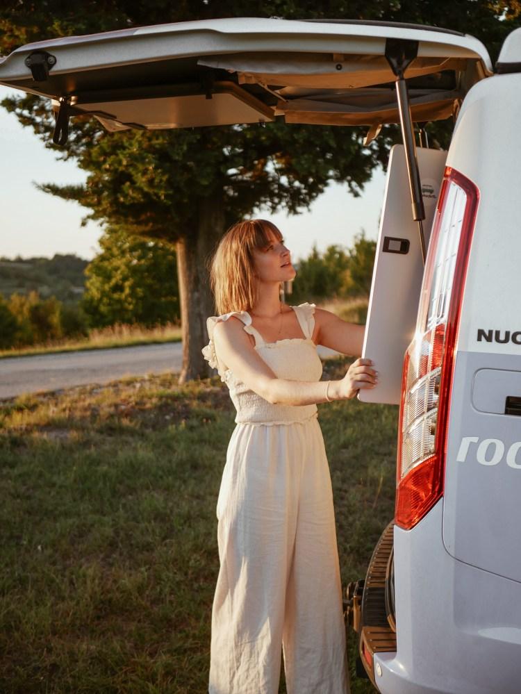 Roadsurfer Ford Nugget Kleiderschrank