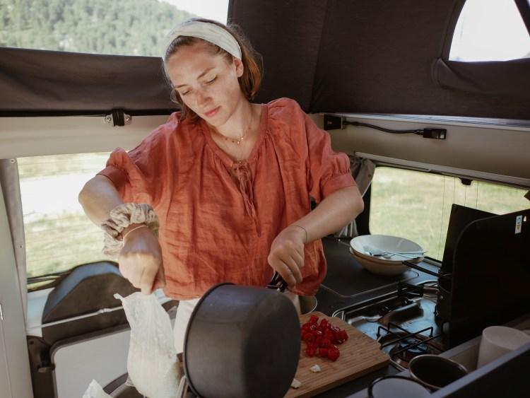 Roadsurfer Ford Nugget Kochnische