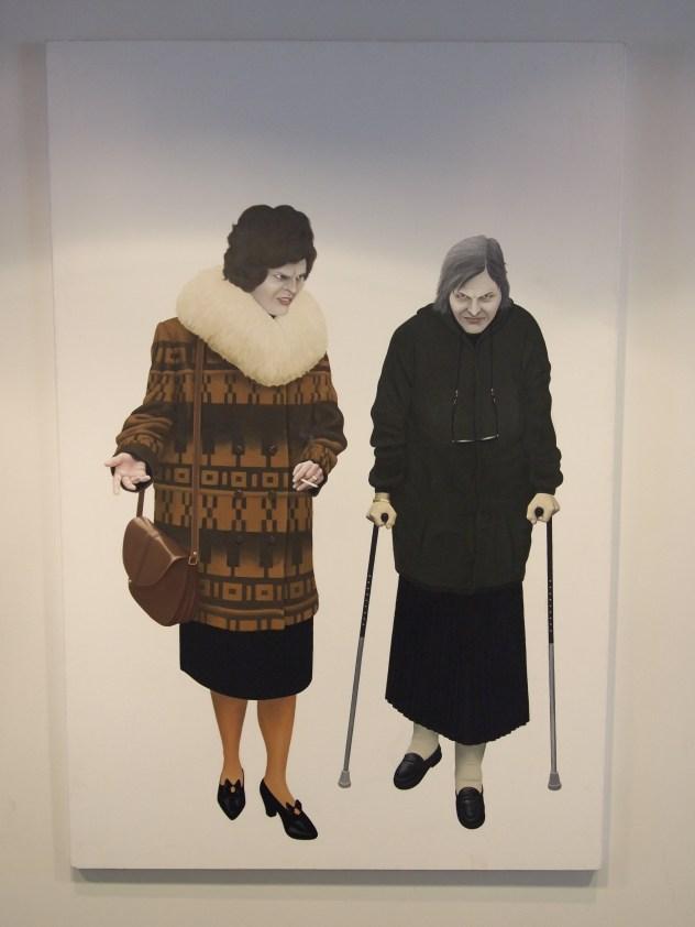 Ein wundervolles Bild zweier alter Damen, das im University Centre hängt