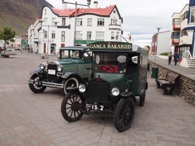 die zwei Autos der alten Bäckerei