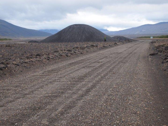 Erst dachten wir, das wäre ein kleiner Vulkan, der noch wachsen will. Ist aber leider doch nur ein Kieshaufen.