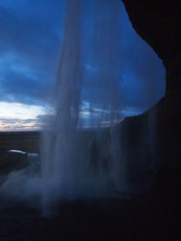 hinter besagtem Wasserfall