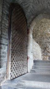Diese Tür wurde damals, vor langer Zeit, immer um Mitternacht verschlossen, damit der Pöbel nachts draußen blieb. Von seinen nächtlichen Abenteuern musste man also um 12 wieder zurück sein.