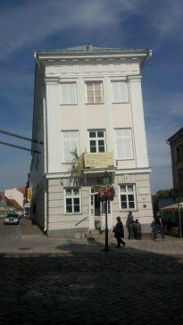 Das Kunstmuseum von Tartu. Nein, das Haus soll nicht so. Aber es sinkt halt.