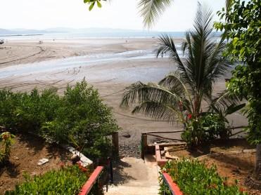Die Verbindung von unserem Hostel zum Strand: ja, exakt eine Treppe.