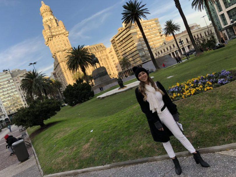 Laura Kassab na Plaza Independencia em Montevideo no Uruguai