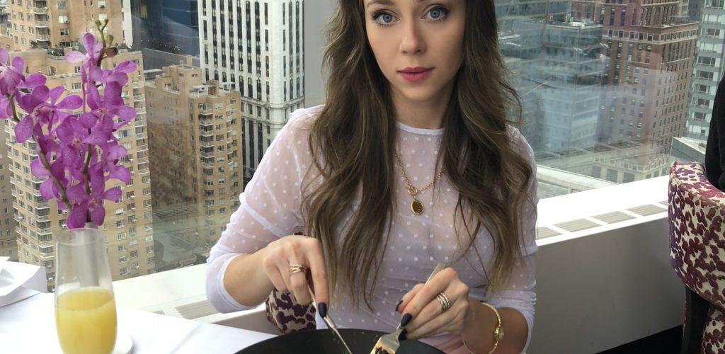 Laura Kassab no restaurante Asiate do Mandarin Oriental Hotel em New York