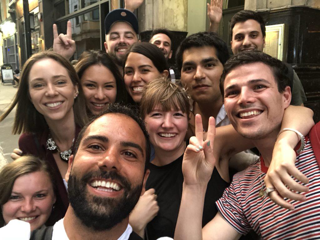 Laura Kassab e amigos da escola de intercâmbio Kaplan Leicester em Londres Inglaterra