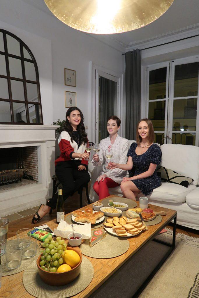 Laura Kassab e amigas em jantar no apartamento SENTIER A la Parisienne em Paris