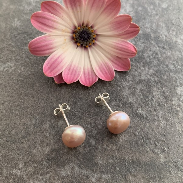 Pink pearl stud earring