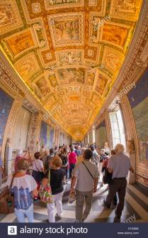 crowds-of-tourists-visiting-the-vatican-museum-H1X8A6