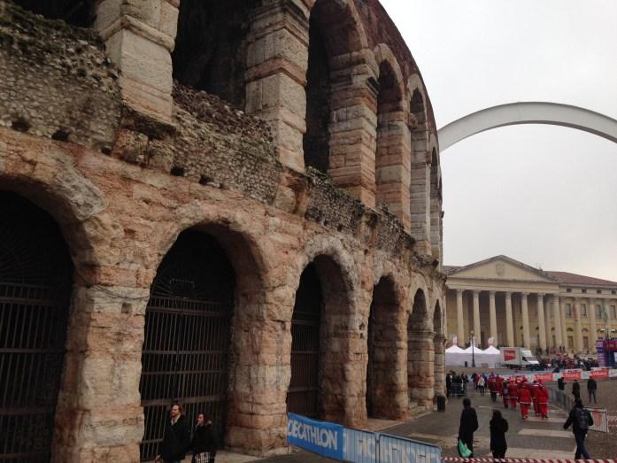 Un poquito de la Arena, con una carrera de Papa Noeles de fondo.