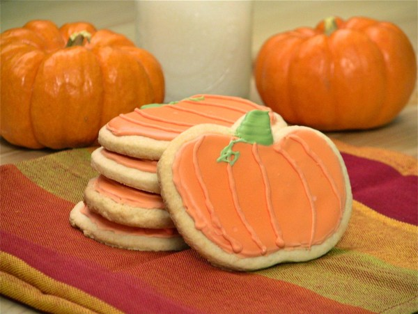 Pumpkin-sugar-cookies 21 Halloween Party Treats www.lauraslittlehousetips.com