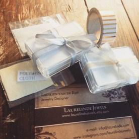 witte plastic doosjes met wit lint, laurelinde visitekaartje, polijstdoekje en washitape
