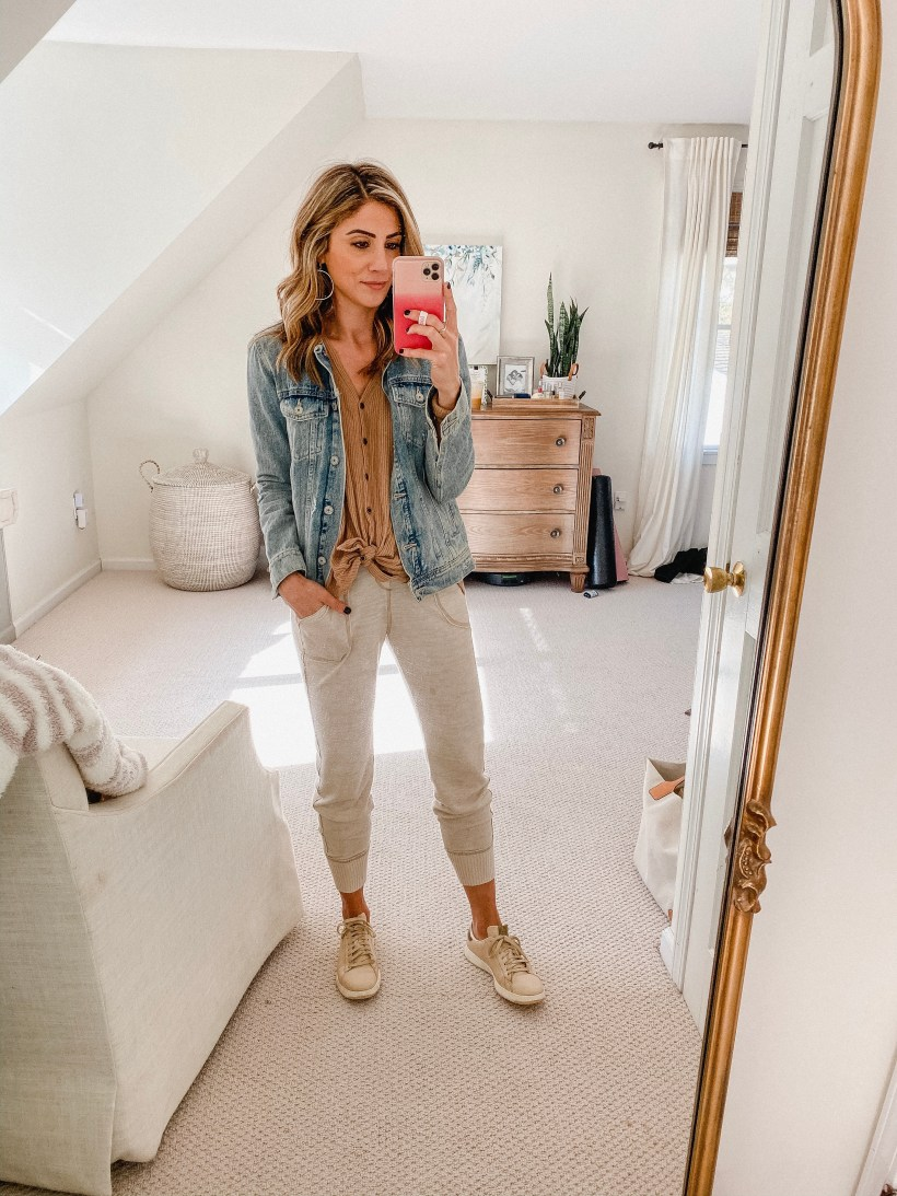 Connecticut life and style blogger Lauren McBride shares seven causal mom outfits for fall including outfits that are comfortable, yet stylish.