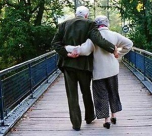 old-couple-holding-hands1