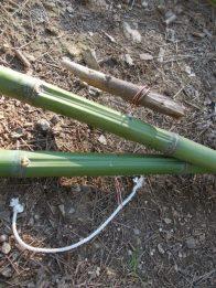 Passage de la tirette dans les trous des 2 bambous
