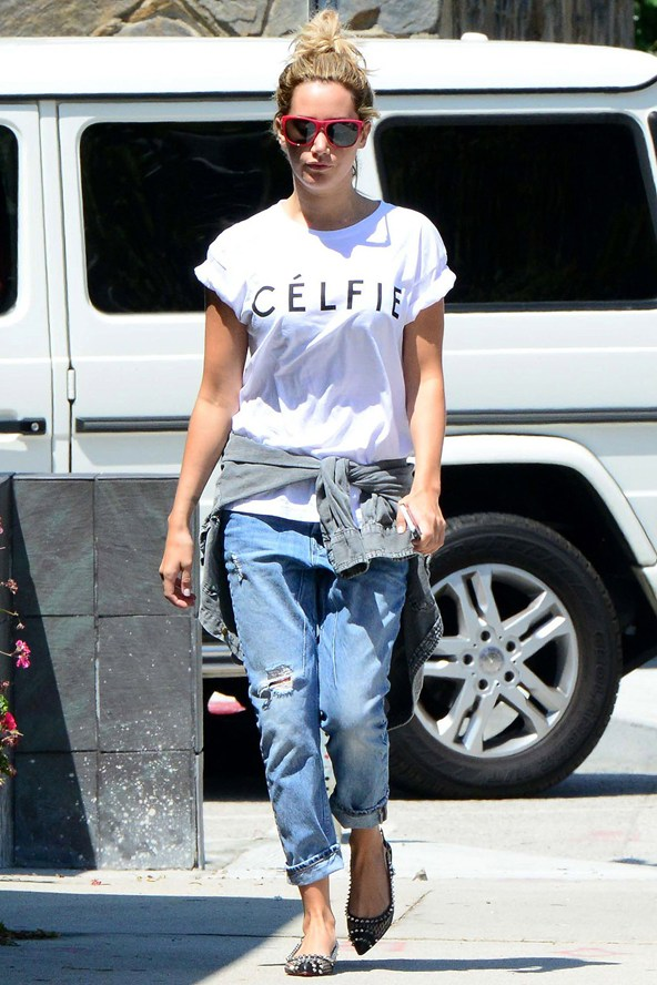 Ashley-Tisdale_ripped-jeans-03