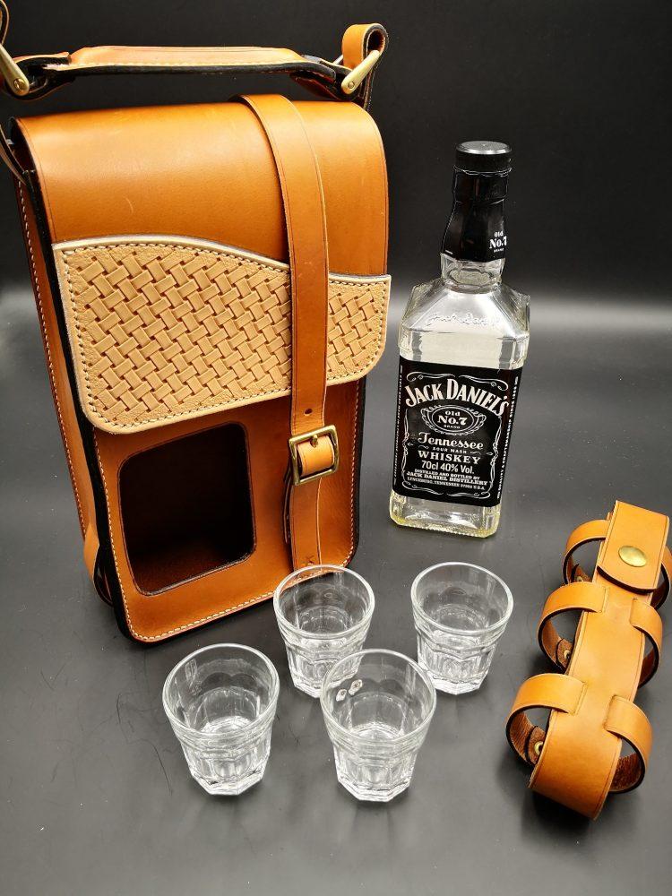 sacoche cuir pour transporter une bouteille de Jack Daniel's et 4 verres