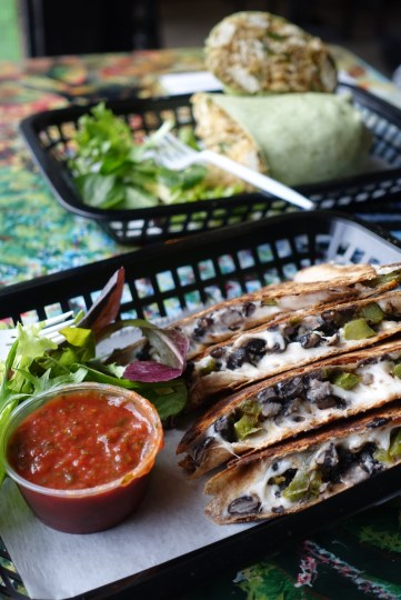 Beaucoup de choix de bouffe mexicaine chezz Go Vinda's. Ici : burrito et quasadilla, avec fauxmages Daiya.
